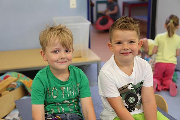 Zwei kleine Jungen lächeln in die Kamera