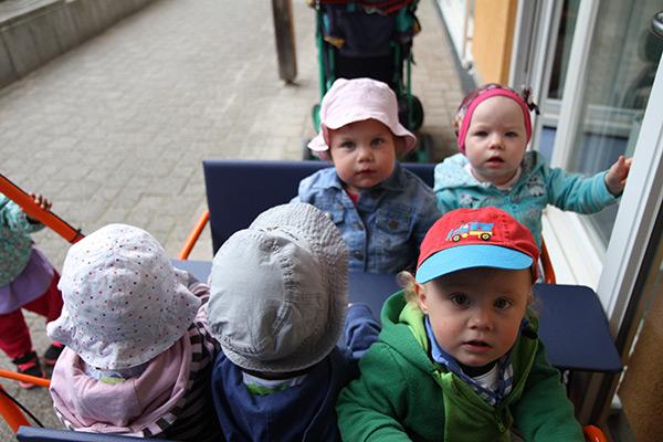 Die Kleinen im Fahrwagen